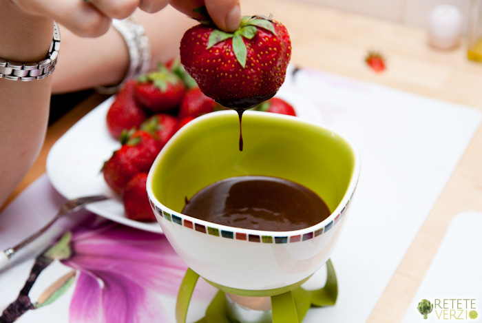 Fondue - ciocolata topita cu fructe
